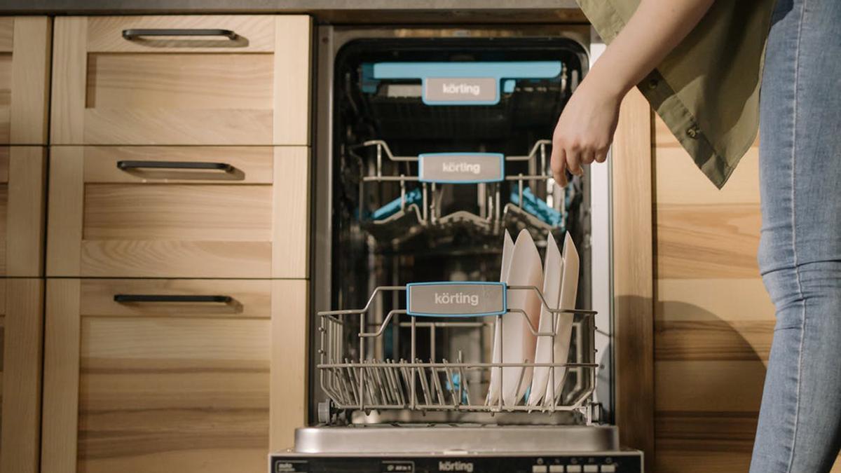 Un error que sale caro: la razón por la que no tienes que enjuagar los platos antes de meterlos al lavavajillas