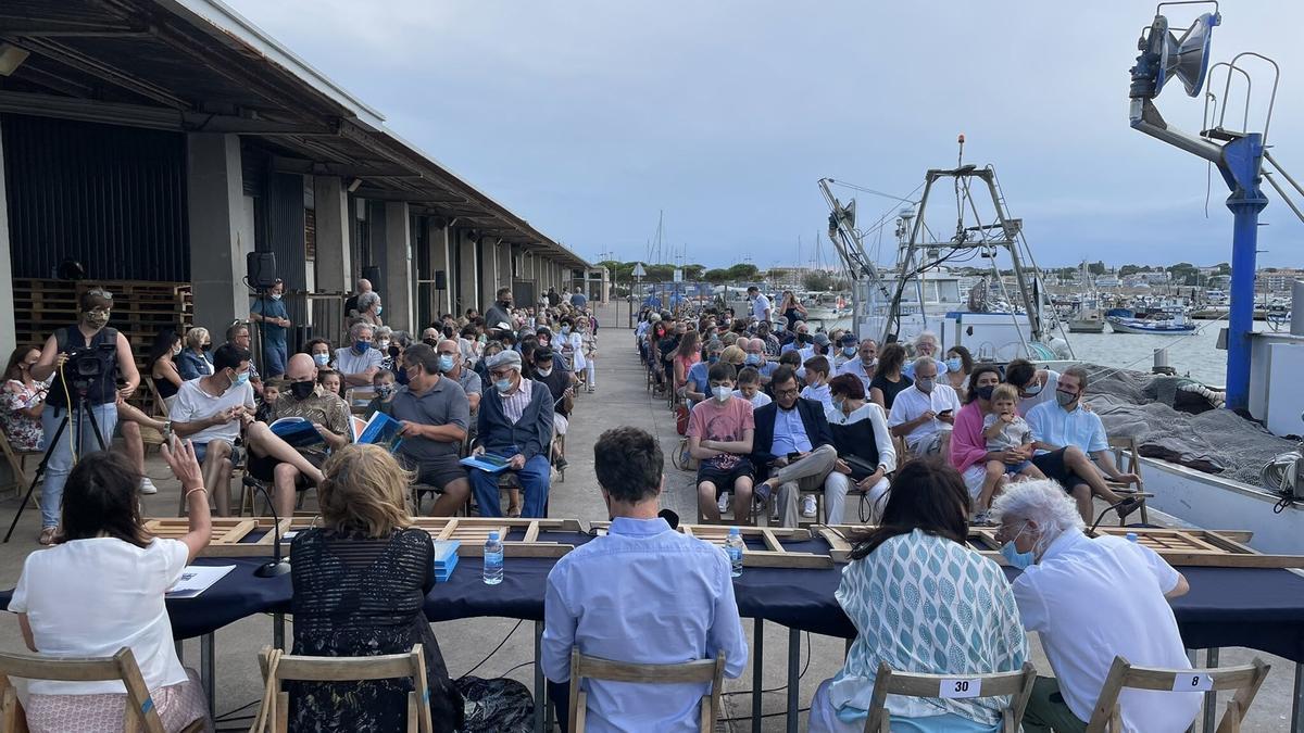 Lurdes Boix i Lluís Roura van presentar el llibre «Trini, la tonyina de l'Escala» davant d'un nombrós grup de persones.