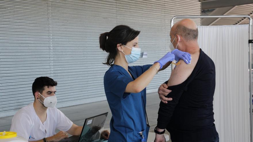 Castilla y León recibe esta semana 107.800 dosis de vacunas, casi tres veces menos que hace siete días