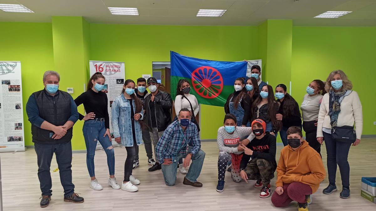 El alumnado del IES María Moliner en su visita a la muestra sobre la historia y cultura del pueblo gitano.