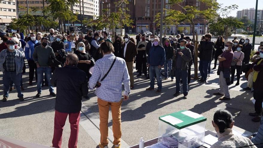 Vecinos y oposición se concentran para pedir que no haya SARE en Huelin
