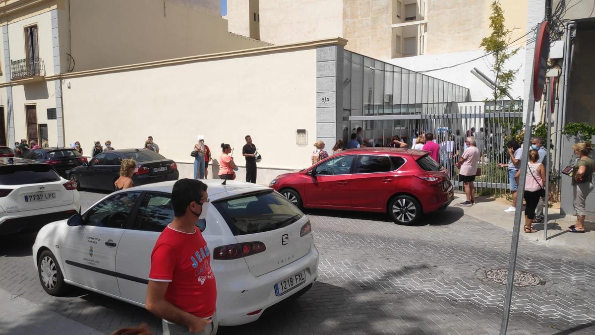 Imagen de las colas en el acceso al Prop de Torrevieja antes de que el Ayuntamiento pusiera en marcha un sistema de cita previa