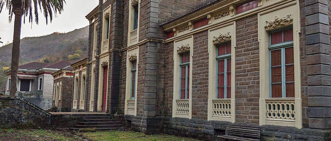 """La conversión del sanatorio de Bustiello en estación de tren """"es un proyecto viable"""""""