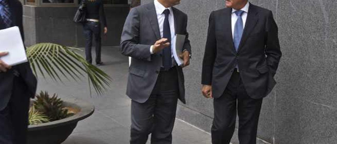 Santana Cazorla (d.), junto a su abogado José Antonio Choclán.