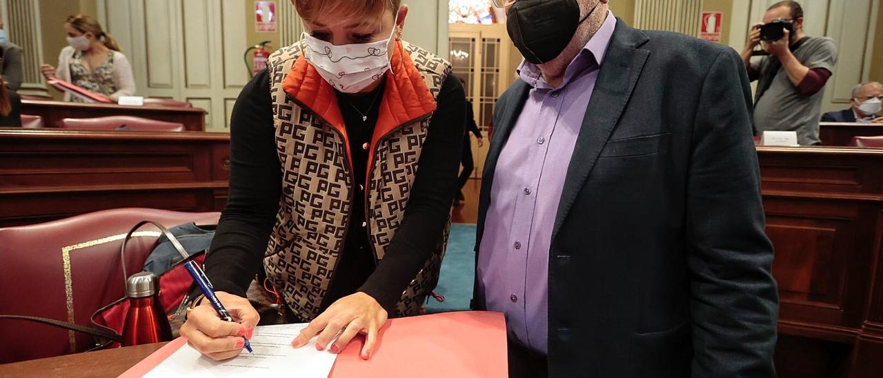 La diputada del PSOE Nayra Alemán, y Manuel Marrero, de Podemos, antes del  Pleno.