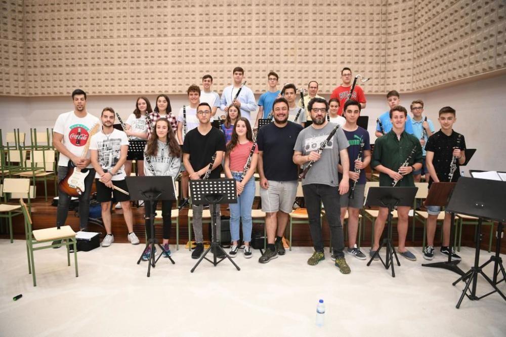 Los alumnos de la Escuela de Música y el Conservatorio Profesional se unen en la CoruClarinet Orquesta y sustituyen las partituras de Bach o Beethoven por temas de Queen, Led Zeppelin o Deep Purple.