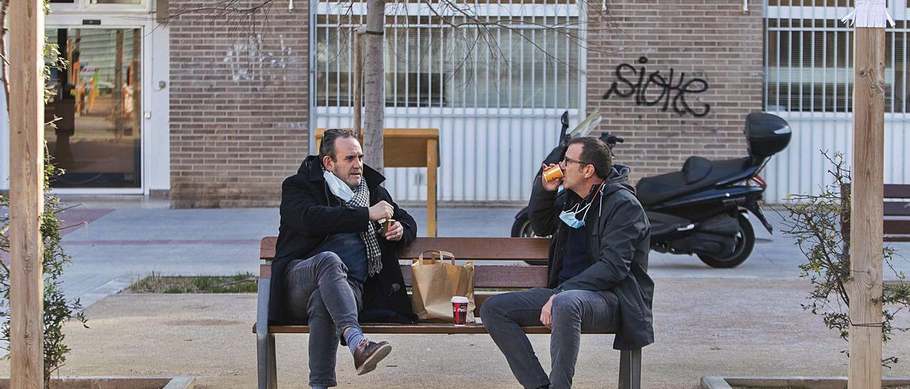 Dos trabaj adores de la Ciudad Administrativa se toman el almuerzo en un parque ante el cierre de la hostelería, ayer.  | GERMÁN CABALLERO