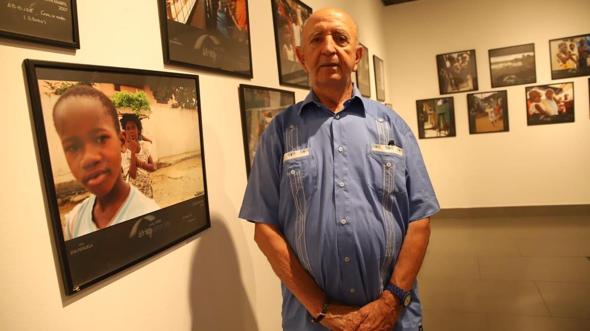 Jesús Mejías, Cónsul de Costa de Marfil y fundador de la oenegé África Arco Iris, con fotos de la muestra que se exhibe en la Fundación Cajasol.