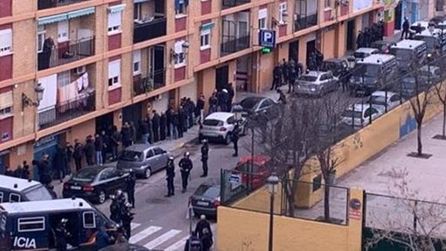 Un detenido en una batalla campal entre ultras del Valencia y el Barça