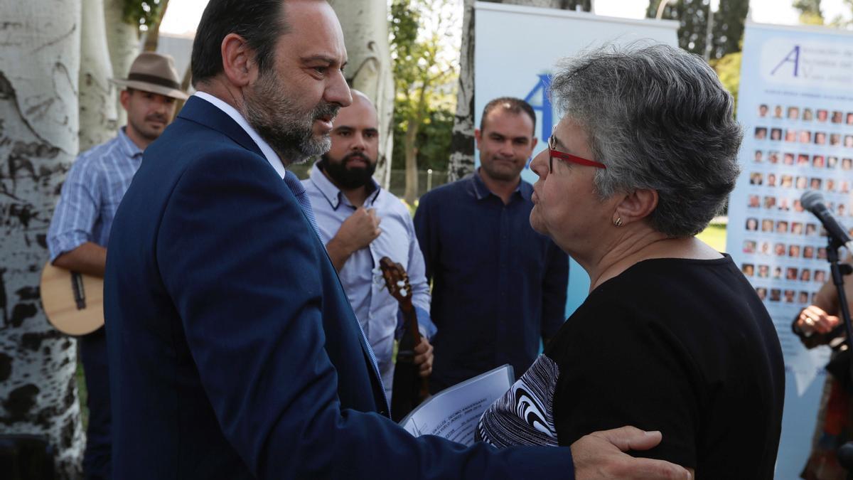 El ministro socialista José Luis Ábalos saluda a Pilar Vera en un homenaje a las víctimas