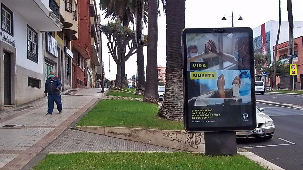 Uno de los carteles de la campaña sobre las medidas de la Covid-19 del Ayuntamiento de La Laguna.     E.D.