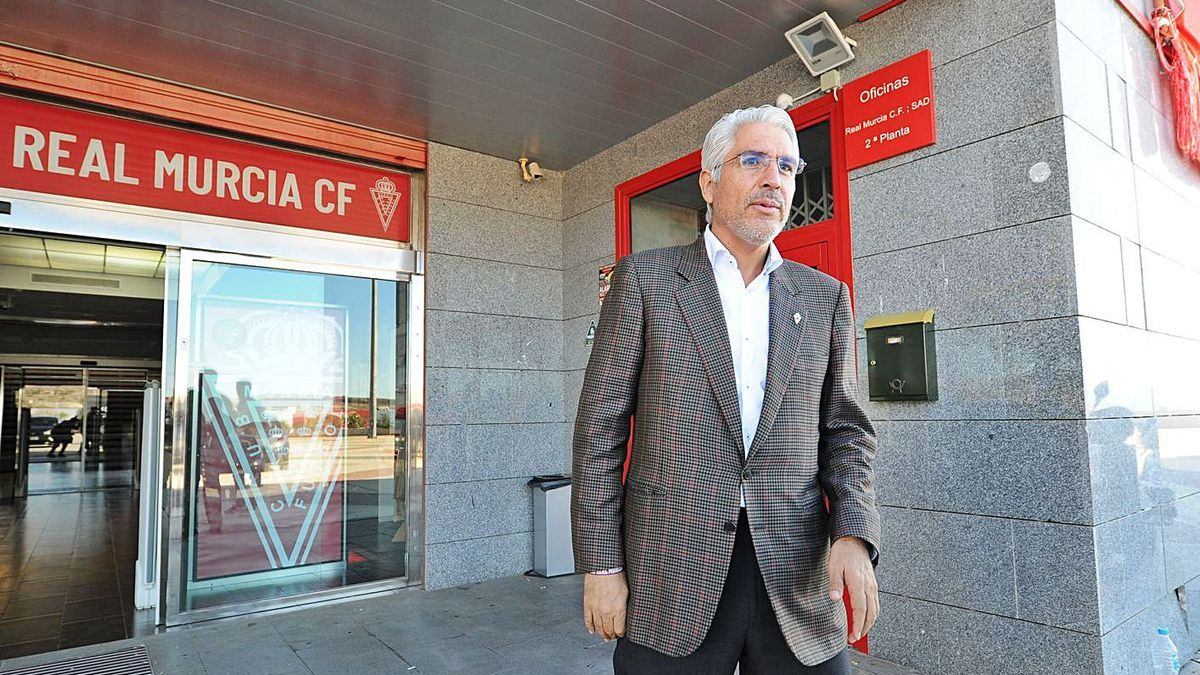 Mauricio García de la Vega, a la entrada de las oficinas del club.