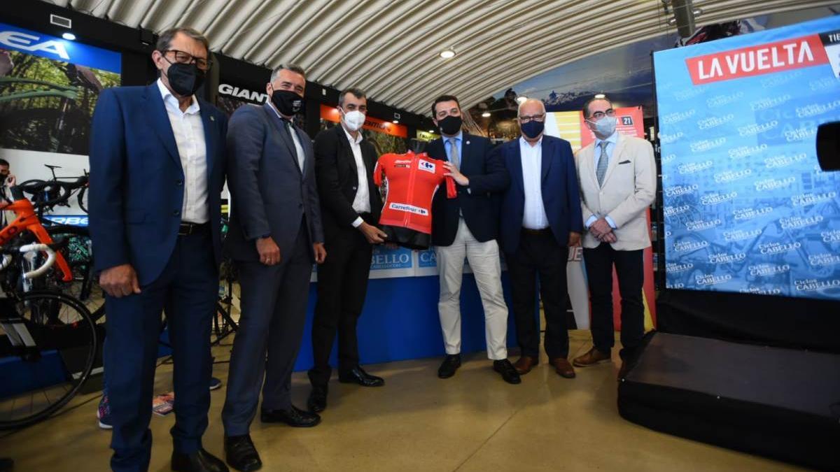 Autoridades asistentes a la presentación de la etapa de la Vuelta a España que acabará en Córdoba.