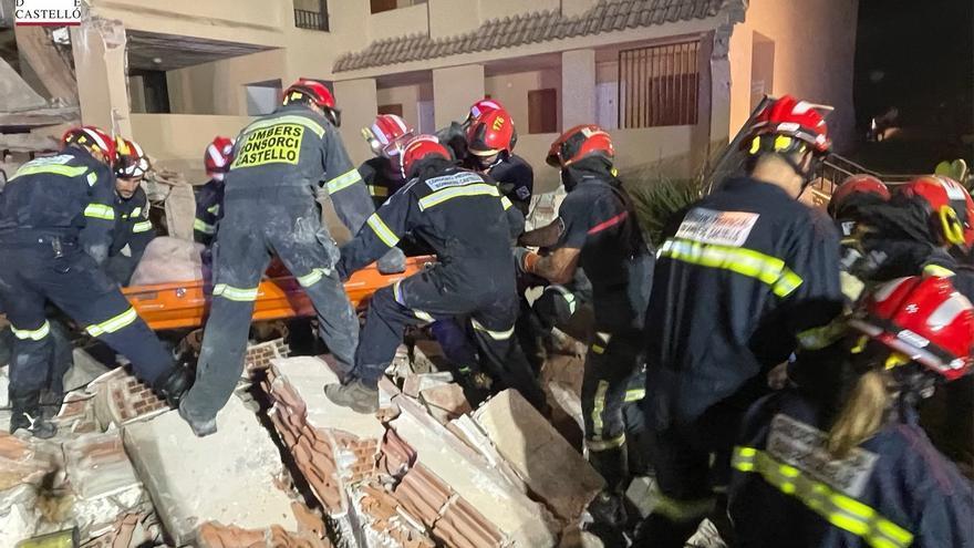 Rescatan con vida a una de las personas atrapadas en el derrumbe de Peñíscola