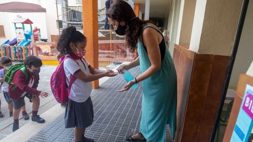 Las familias recogen firmas para quitar las mascarillas en el patio de los colegios