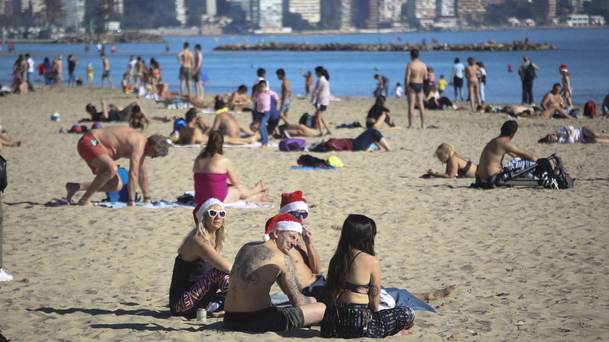 Turistas en la playa del Postiguet las navidades pasadas