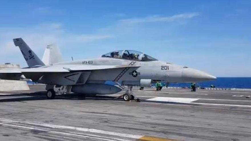 Así despega un caza F-18 Super Hornet del portaaviones Abraham Lincoln