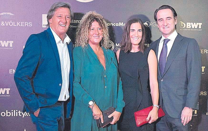 Dean Sinclair junto a su esposa Xesca, Fidel y Natalia.