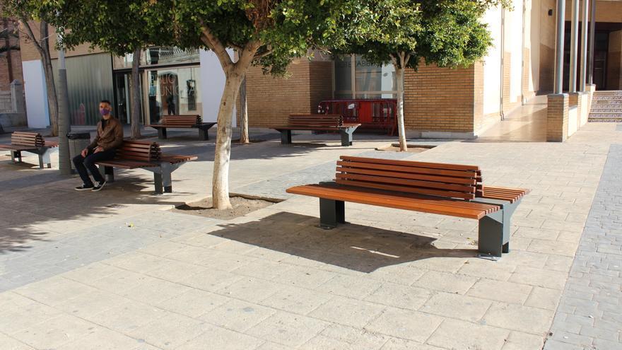 Almàssera coloca bancos nuevos de madera en la Plaza Mayor