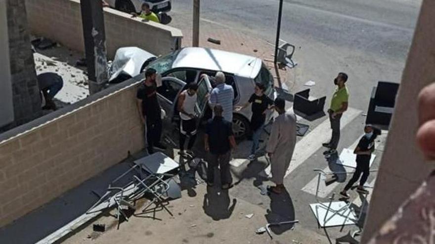 Dos muertos al arrollar un coche la terraza de un bar en Torre Pacheco