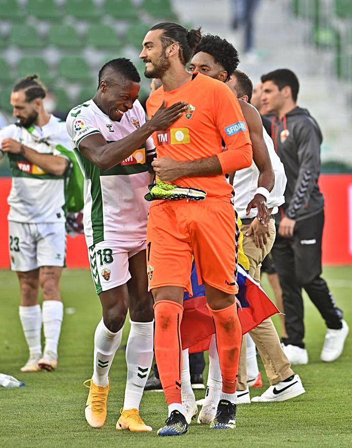 Gazzaniga recibe la felicitación de Palacios.  