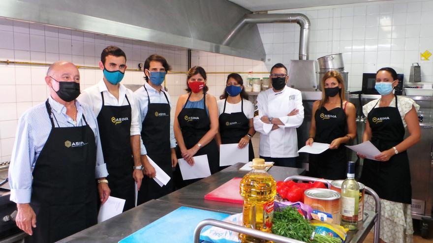 ASIMA jóvenes cocina el menú de un día para los usuarios de la Asociación Es Refugi