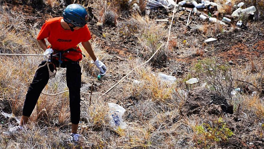 Más de 700 kilos de basura en las laderas de Igueste por el botellón