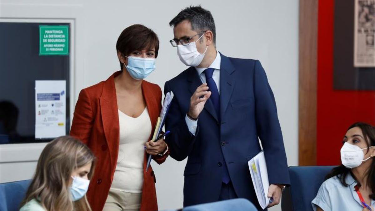 La portavoz del Gobierno, Isabel Rodíguez, conversa con el titular de la Presidencia, Félix Bolaños.