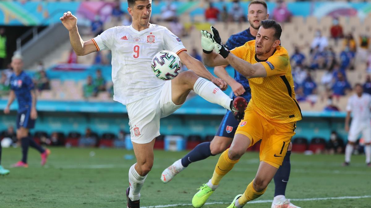 Gerard Moreno intenta controlar un balón ante Dubravka.