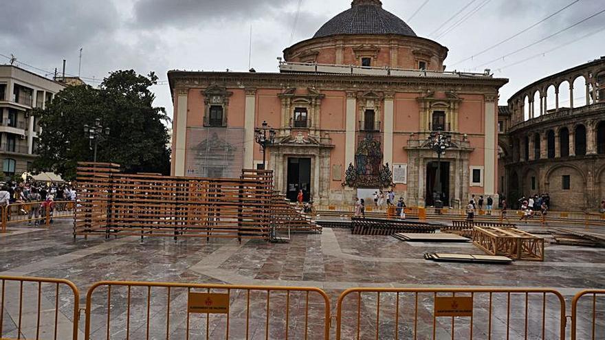 """El """"cadafal"""" de la Ofrenda empieza a levantarse en la Plaza de la Virgen"""