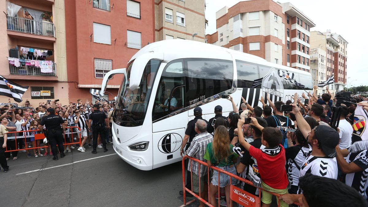 La afición del CD Castellón recibiendo a la plantilla del primer equipo en un encuentro disputado en el Estadio Castalia, antes de la pandemia del covid.