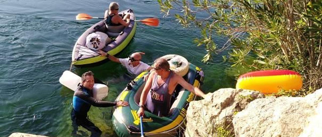 Algunos de los voluntarios que ayer participaron en la limpieza del río en Sumacàrcer.