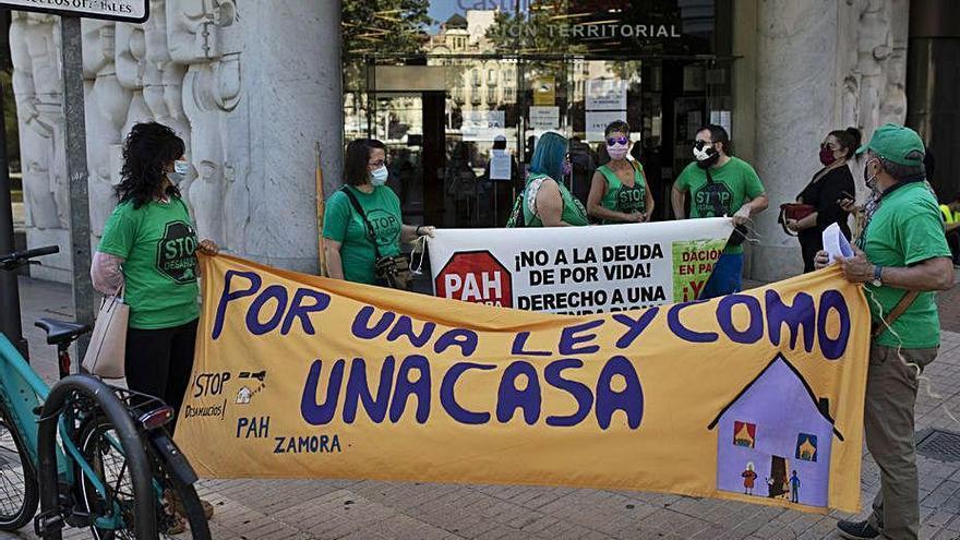 Integrantes de la PAH tras registrar el recurso en la Junta.
