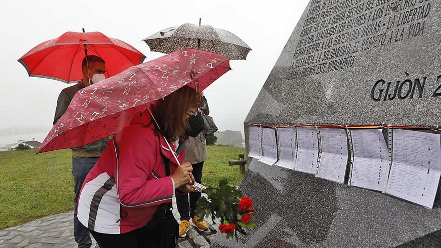 Flores y memoria en Gijón contra las víctimas asturianas de los nazis