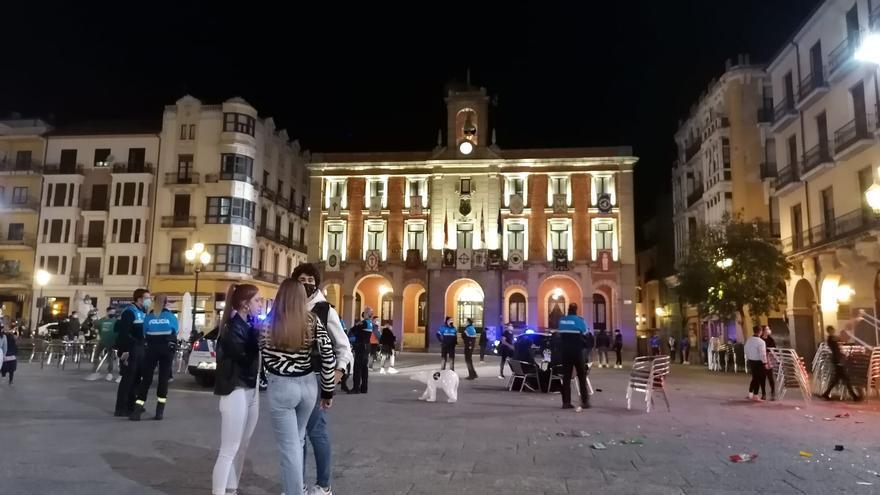 La Policía Municipal y Nacional obliga a desalojar terrazas en la Plaza Mayor de Zamora