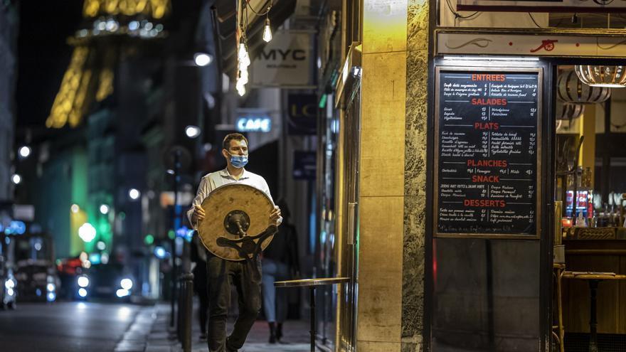 Los empleados en contacto con el público en Francia deben tener el pasaporte covid