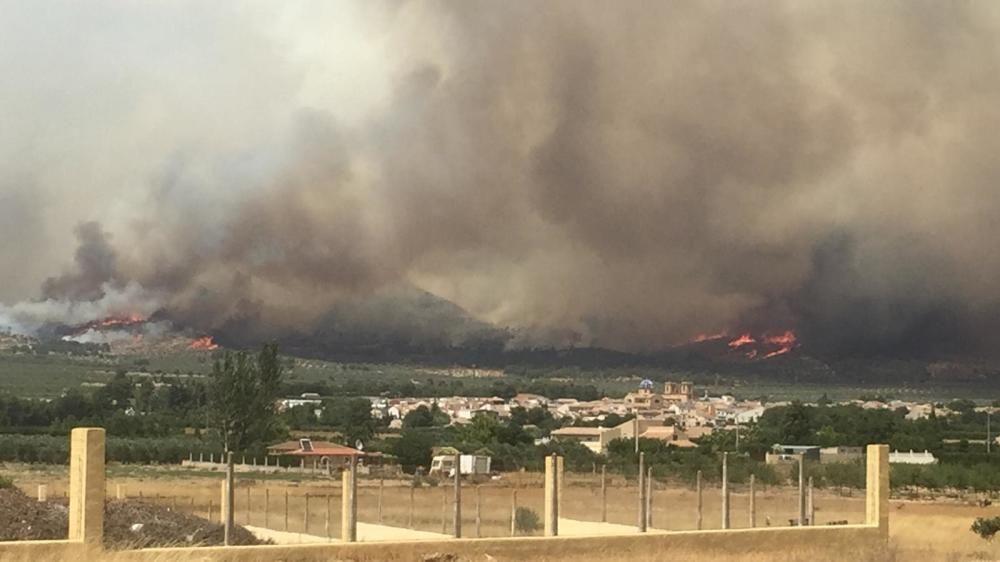 Cinco dotaciones de bomberos, tres unidades de bomberos forestales, siete medios aéreos y unos 40 efectivos terrestres tratan de contener el fuego