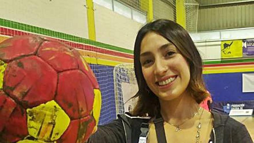 El balonmano en Meaño adquiere acento argentino con Agustina Ballada