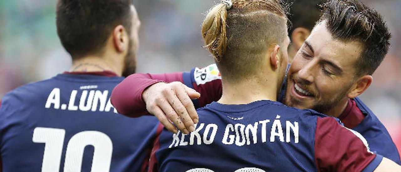 Sergi Enrich abraza a Keko tras un gol del Eibar al Betis el domingo.