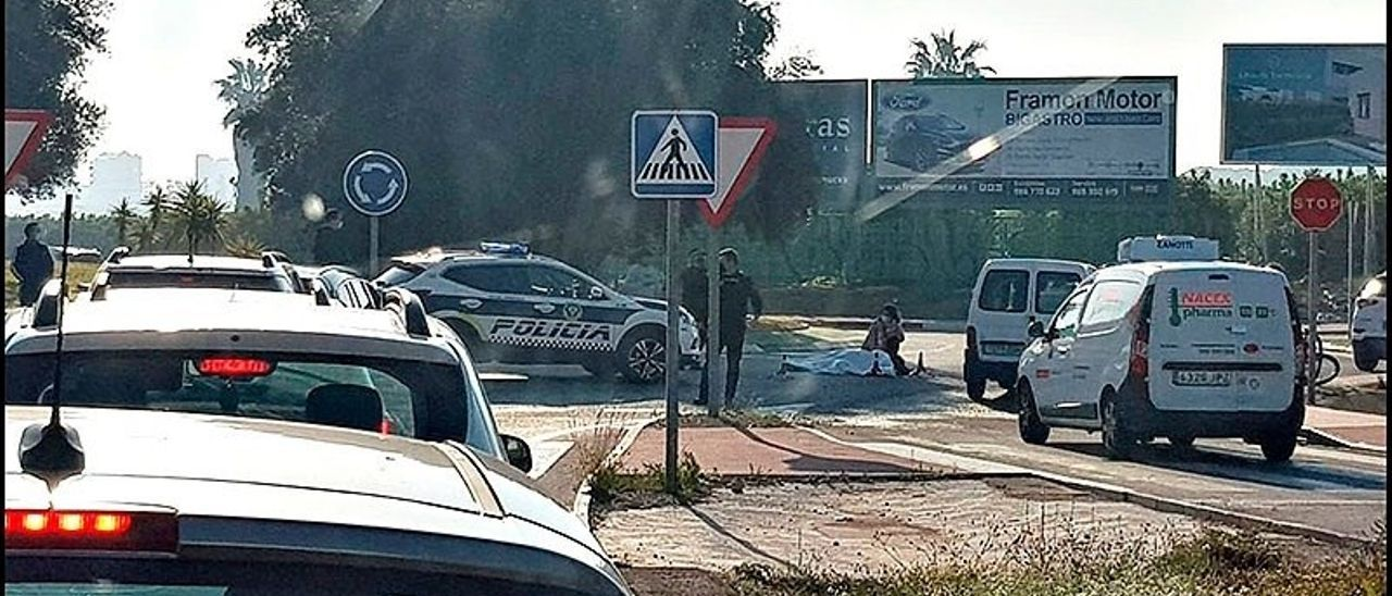 El ciclista quedó tendido en la calzada tras ser atropellado en la rotonda que da acceso al Hospital de Torrevieja, en la CV-95