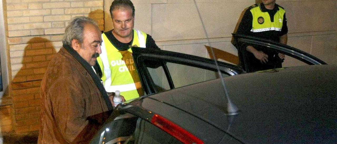 El exalcalde de Bigastro José Joaquín Moya, cuando fue detenido en 2008 tras el registro efectuado en el Ayuntamiento.