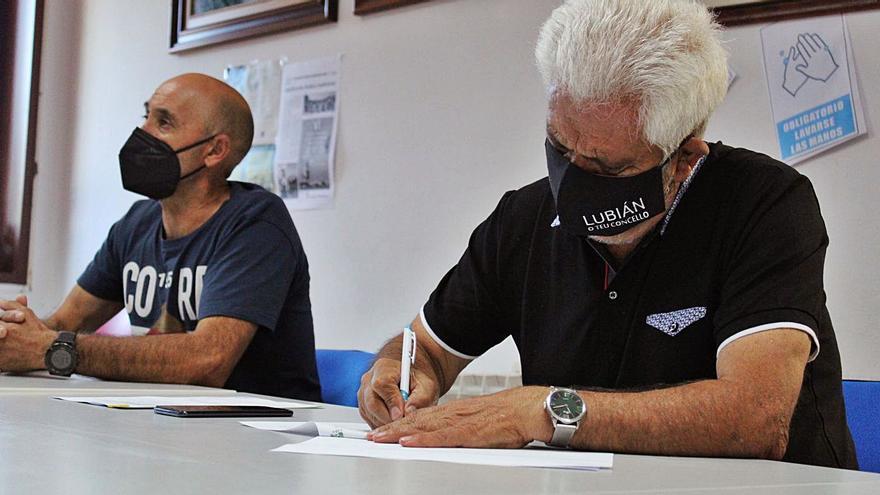 Lubián firma el contrato de construcción de la residencia