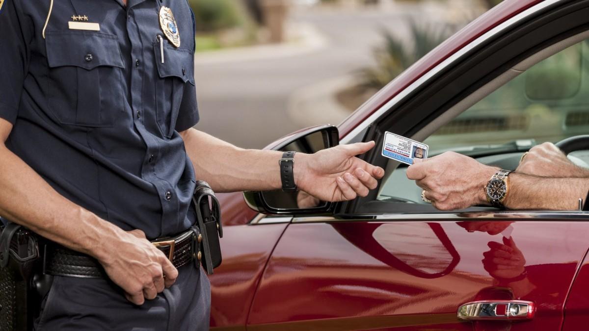 Estas son las 6 cosas que estás obligado a llevar en el coche para que no te multen