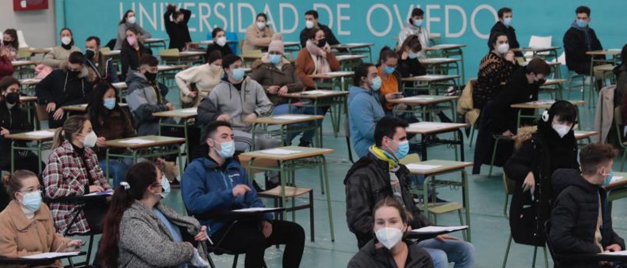 Universitarios, antes de empezar un examen en el CAU.