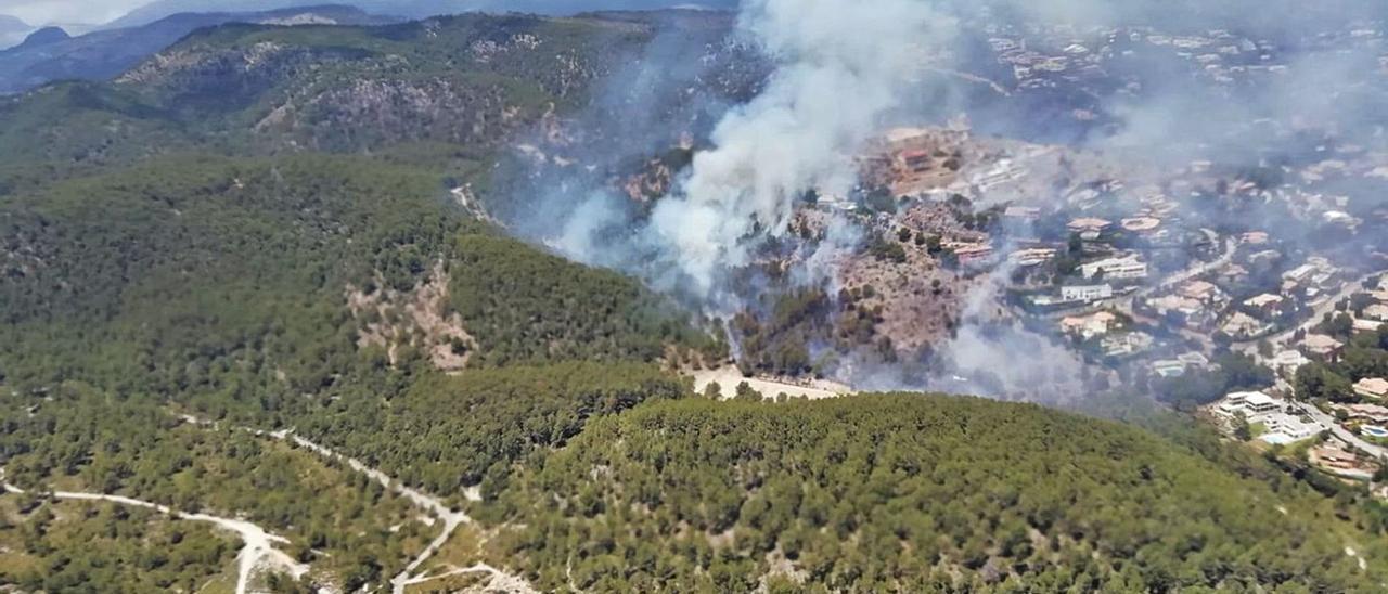 Vista aérea del incendio forestal declarado ayer a escasos metros de casas de Son Vida.