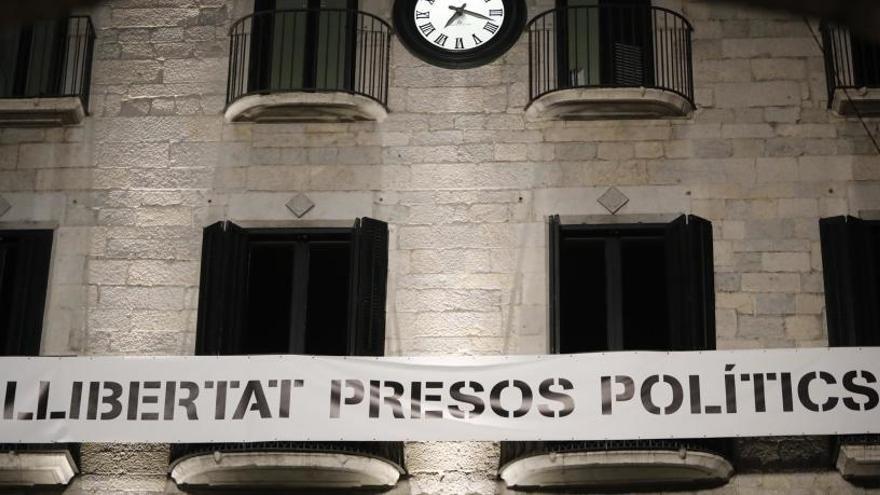 Veray insisteix a Madrenas que retiri les pancartes a favor dels polítics presos i els llaços grocs