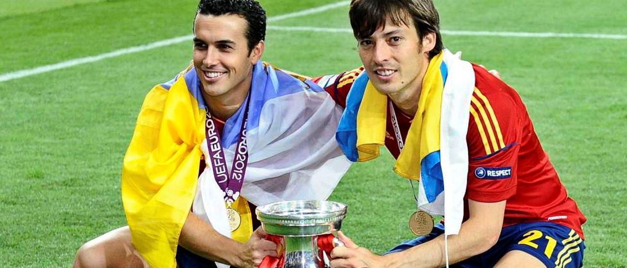 Pedro Rodríguez Ledesma y David Jiménez Silva posan con la Eurocopa de Naciones de 2012, en el Estadio Olímpico de Kiev, tras golear a Italia (4-0), con un tanto del atacante de Arguineguín.