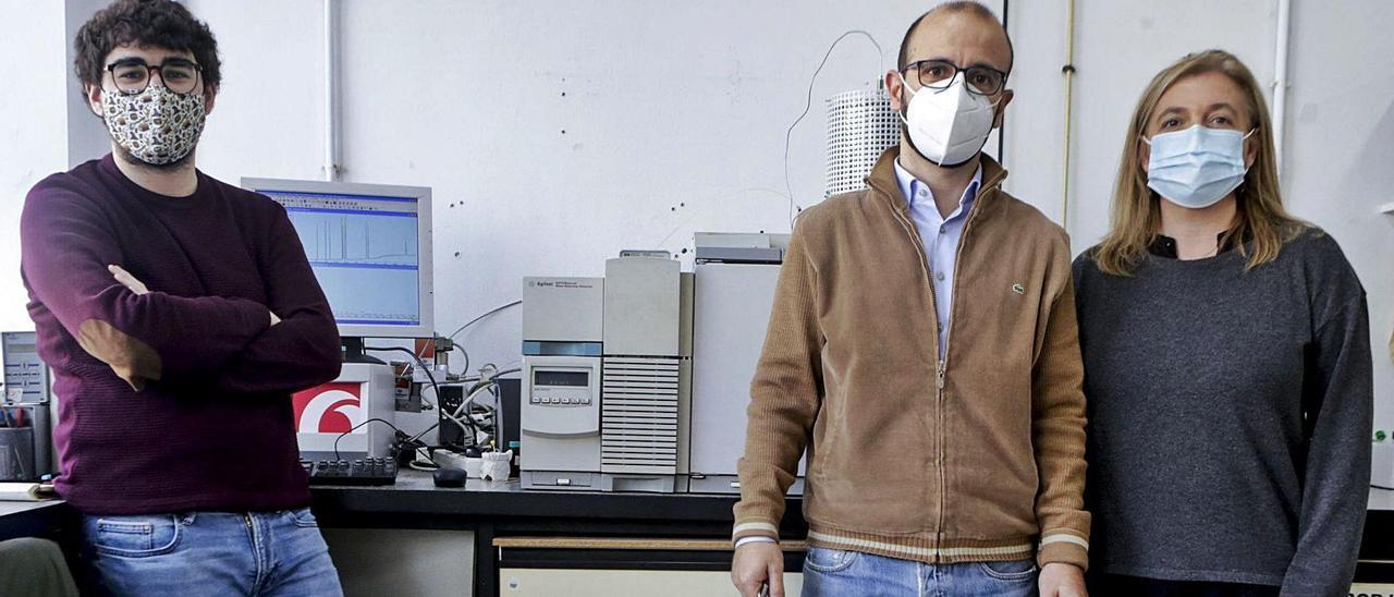 Por la izquierda, el doctorando Javier García y los investigadores Jorge Ruiz y Mariella Moldovan, en el laboratorio de su grupo de investigación, en la Facultad de Química de la Universidad de Oviedo.   Julián Rus