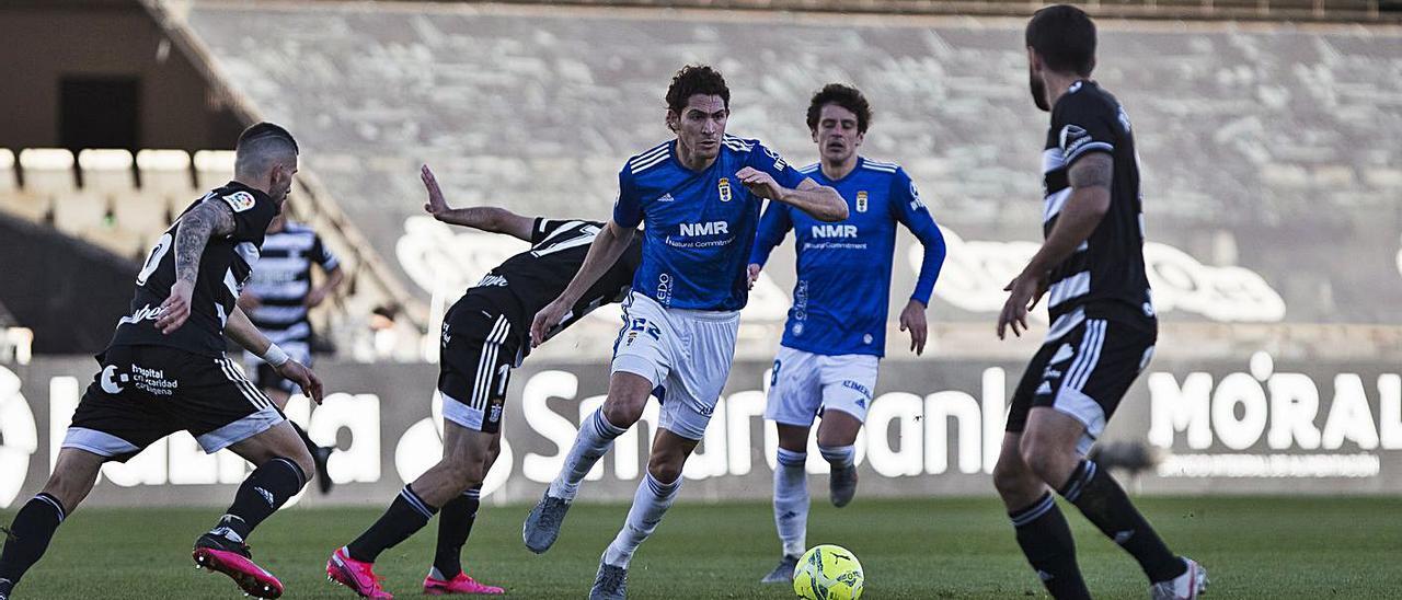 Blanco Leschuk intenta controlar un balón ante Datkovic y Aburjania, con Sangalli detrás