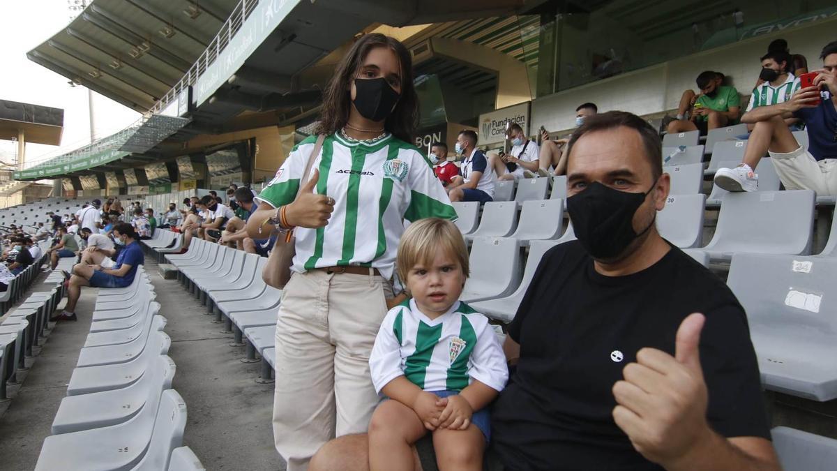 Varios aficionados, antes de un encuentro del Córdoba CF.